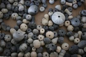 Am Ende einer Veranstaltung: eine bunte Vielfalt an Keramikperlen.